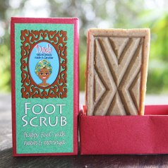 Gently cleansing and energizing. A finely grained pumice soap bar with nine caring oils and uplifting essential Lime oil. Fresh Aloe vera juice, Roibos tea, hand-pounded Turmeric root and Baobab leaves stimulate blood circulation and help to remove dead cells. Essential Lime oil and vitamin-rich Baobab fruit powder replenish with nutrients and have a reviving effect. Dip foot scrub into water and scrub wet soles of feet until lather forms. Wash and rinse as usually. For best results please apply Dada Foot Balm to trap moisture while feet are still damp.